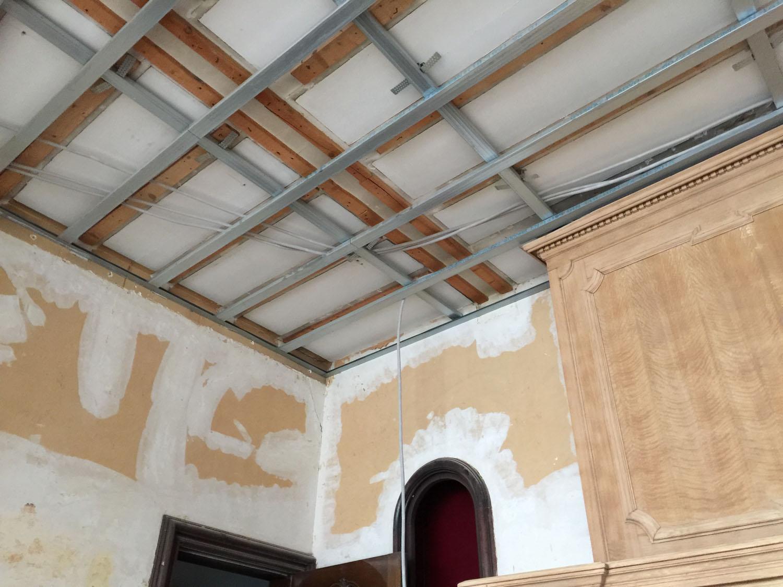 plaatsen verlaagde plafonds in living ruimte