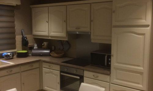 gelakte bruine keukenkastjes